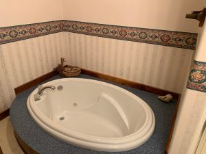 Whirlpool Tub - Santa Fe Room at Underhill Farms